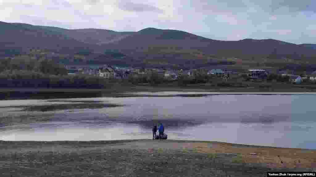 Рыбалка на пруду, который находится на северо-восточной окраине села Гончарное (Севастополь)