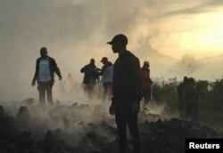 Жители на руинах разрушенных извержением вулкана домов в окрестностях Гомы, Демократическая Республика Конго. 23 мая 2021 года. Фото: Reuters