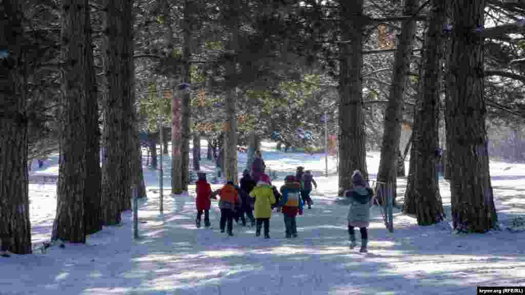 Воспитательница поселкового детсада вывела детей на прогулку на свежем, морозном воздухе
