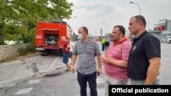 Директорот на ЦУК Стојанче Ангелов со градоначалникот на Кисела Вода Филип Темелковски пред фабриката Охис каде што изби пожар,05.08.2021
