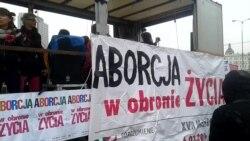 У Варшаві пройшла демонстрація феміністок з гаслами лібералізації абортів (відео)