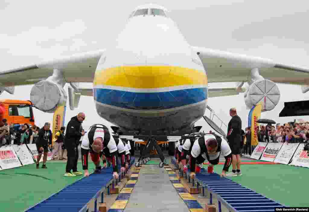 Ukrajinski snažni sportisti postavili su svjetski rekord u izvlačenju najvećeg svjetskog teretnog aviona-Antonov An-225-na aerodromu izvan Kijeva. Vukući avion u dvije grupe po četiri, muškarci su uspjeli pomaći avion 4,3 metra u roku od 1 minute i 13 sekundi. Taj podvig postavio je nacionalni rekord za najmanje ljudi koji su vukli avion. U 2013. avion je vuklo 10 ljudi.