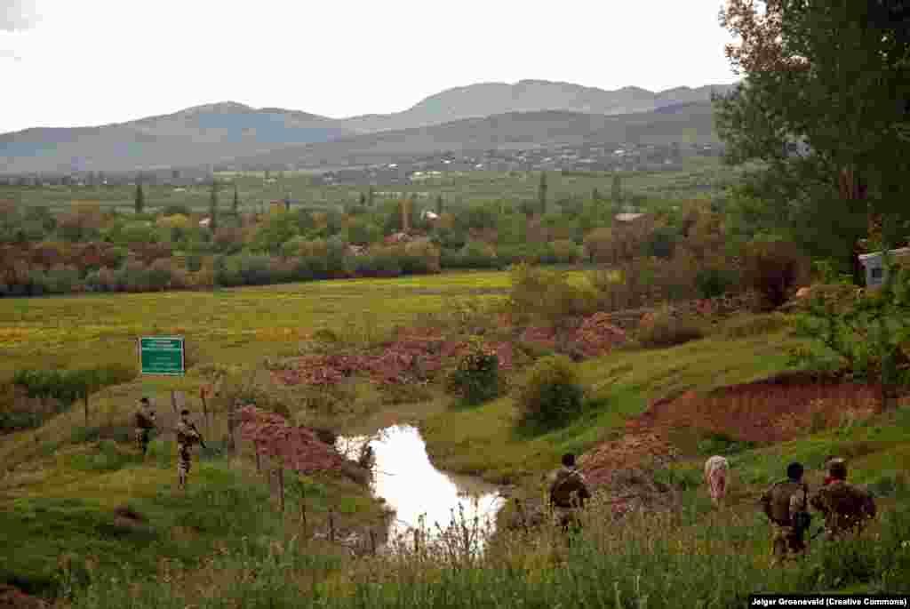 Территориальная граница, которая обозначает территорию Южной Осетии, патрулируется вооруженной грузинской полицией, 2016 год. После вооруженного противостояния, которое продолжалось в течение 1990-1992 годов, проблема Южной Осетии неоднократно вспыхивала, особенно в 2008 году, когда попытка Грузии вернуть регион привела к тотальной войне с Россией. После этого Кремль официально признал «независимость» Южной Осетии, а российские и осетинские военные постепенно переставляли ограждения и территориальные знаки все глубже на неоспоримую территорию Грузии. Москва заявила, что это происходит из-за того, что южные осетины обозначают свои «настоящие территориальные границы в соответствии с картами советских времен»