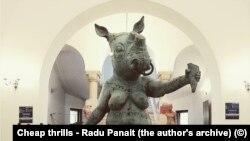 Romania - Cheap thrills, lucrarea sculptorului Radu Panait (foto din arhiva autorului)