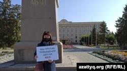 Анаргуль Абенова, вышедшая на одиночный пикет против повышения тарифов на коммунальные услуги. Уральск, 30 сентября 2020 года.