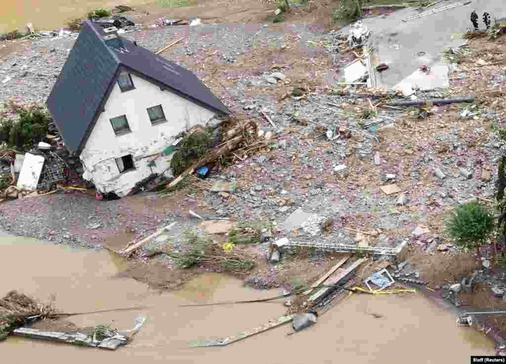 Общий вид района, пострадавшего от наводнения после проливных дождей в Шульде, 15 июля 2021 года