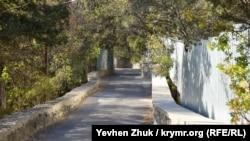 В нижней части поселка дороги узкие и извилистые