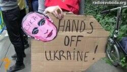 «Окупанти!» – так проводжають російських дипломатів в Брюсселі