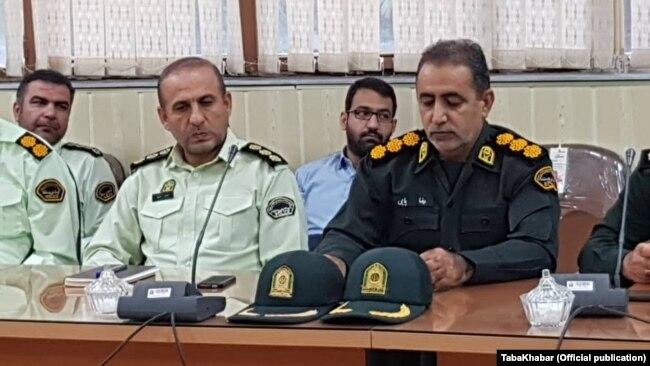 رضا پاپی (راست) فرمانده نیروی انتظامی ماهشهر