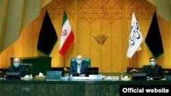 Иран - Претседателот на Парламентот (центар) Мохамад Бакер Калибаф, заедно со двајца членови на Президиумот на иранскиот Парламент. 2020 година.