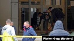 Албанската полиција и истражителите на местото на нападот во Тирана. 19.04.2021.