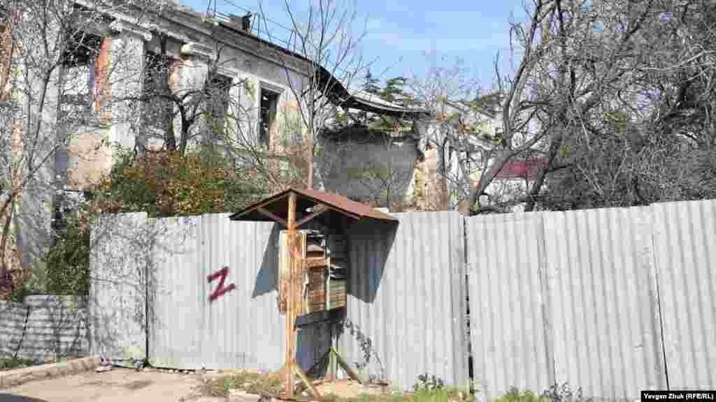 Зруйнована частина будинку відгороджена будівельним парканом