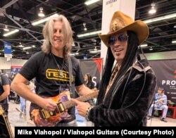 Mike Vlahopol și renumitul chitarist american de blues-rock, Eric Sardinas la târgul NAMM de la Los Angeles.