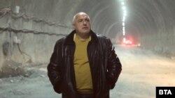 """Бойко Борисов обикаля цялата страна и проверява строежи. Снимката е от 2 март, тунел """"Железница"""" на автомагистрала """"Хемус""""."""