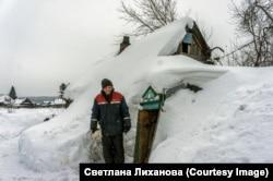 Ez a férfi egyedül él Butovka faluban egy kunyhóban. A társasága az öt kutyája