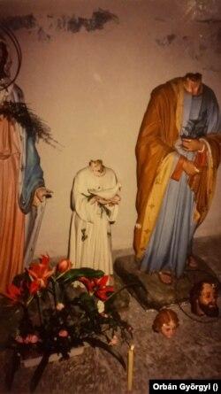 Lefejezett szentek egy Dubrovnik melletti település templomában. A fotót Orbán Györgyi, a Magyar Rádió volt tudósítója készítette.