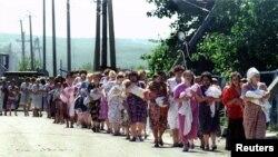 Освобожденные заложники выходят из больницы Буденновска