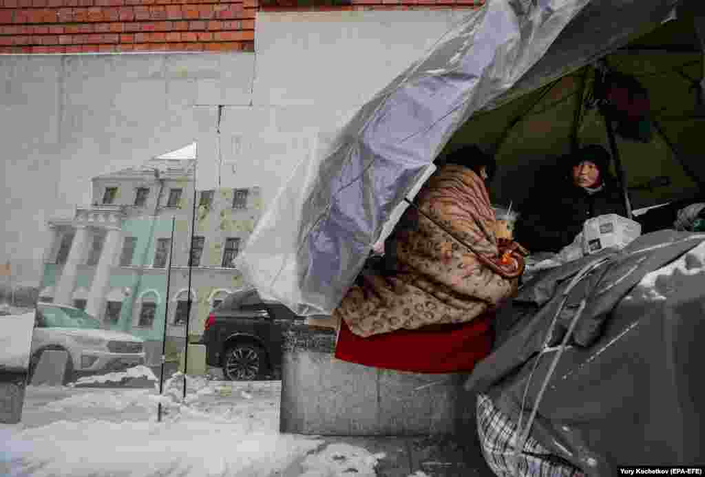 Homeless women chat in their hut on a street in the center of Moscow. (epa-EFE/Yury Kochetkov)