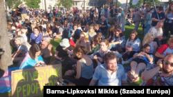 Tüntetők a Kossuth téren 2021. június 14-én