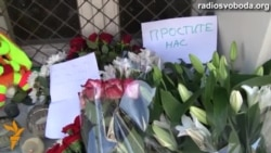 Світ у відео: У Москві люди приносять квіти до посольств Малайзії та Нідерландів з записками «Вибачте»