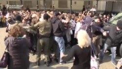 Poliția de la Minsk a bruscat și arestat zeci de femei protestatare