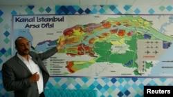 Собственик на агенция за недвижими имоти показва карта с проекта за канал през европейската територия на Турция. Земите по бъдещото трасе са били изкупени на безценица в очакване предстоящият строеж да качи цената им. Снимката е от 2017 г.