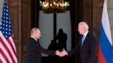 Президент Росії Володимир Путін вітається з президентом США Джо Байденом перед самітом на віллі «Ла-Ґранж» у швейцарській Женеві, 16 червня 2021 року