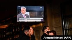 Поранешниот претседател на Косово Хашим Тачи на ТВ во кафе-бар додека тој e пред судот за воени злосторства во Хаг, Приштина, 9 ноември 2020 година