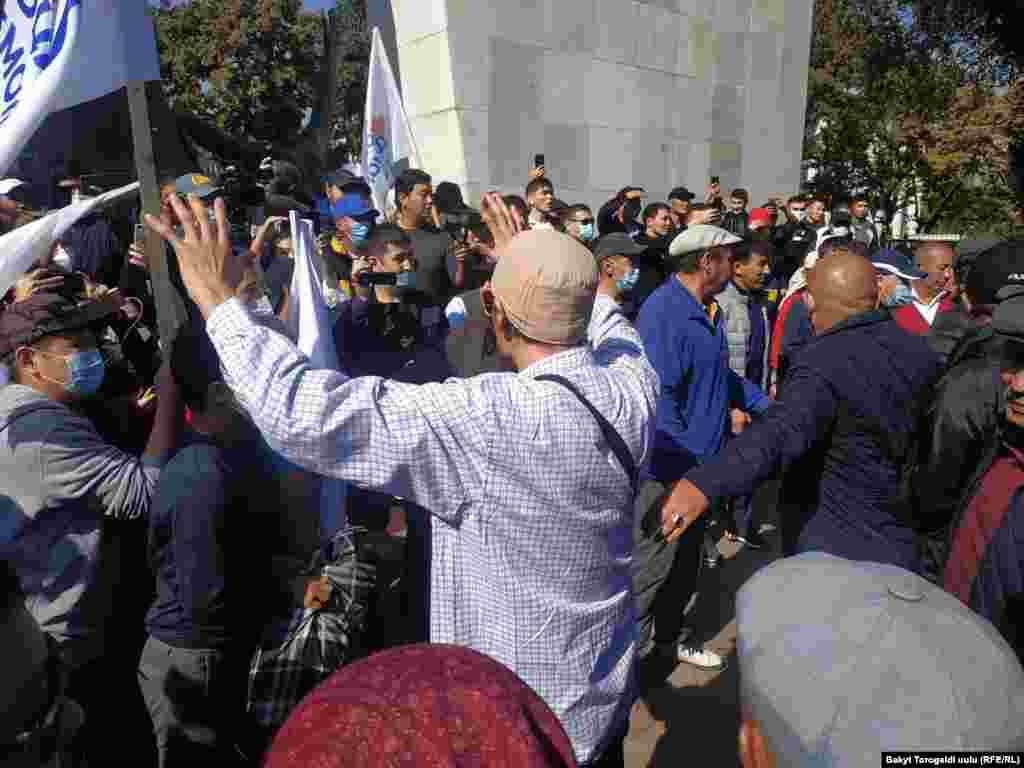 Бишкек. 2020-жылдын 5-октябры. Шайлоонун жыйынтыгына нааразылардын акциясында пикир келишпестик жаралды.