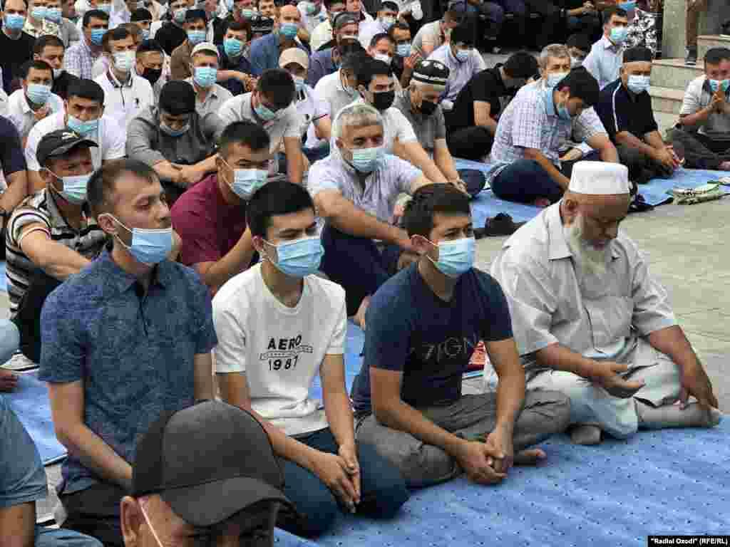 Верующие во время молитвы в Душанбе, Таджикистан