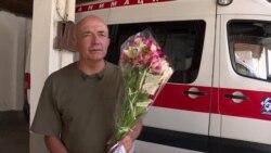 Владелец цветочного бизнеса в Бишкеке бесплатно дарит женщинам букеты