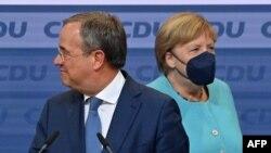 A Kereszténydemokrata Unió (CDU) vezetője, Armin Laschet kancellárjelölt és Angela Merkel német kancellár megérkezik a CDU székházába a választási éjszakán 2021. szeptember 26 -án Berlinben. (Fotó: John MACDOUGALL / AFP)