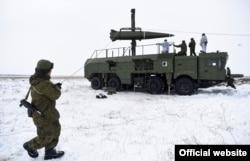 Rakétát igazítanak egy 2018-as orosz hadgyakorlaton.