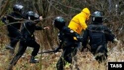 Милиция қызметкерлері шеруге қатысқан ер адамды қуып жүр. Минск, 22 қараша 2020 жыл.