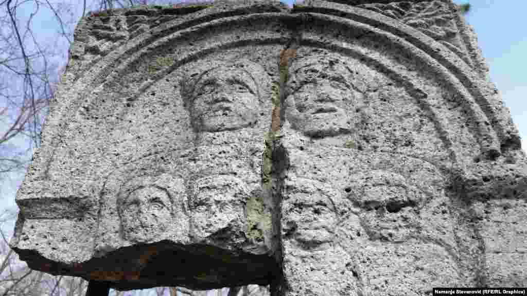 U okviru rimske tvrđave bilo je i groblje. Ovo je jedna od sačuvanih nadgrobnih ploča sa prikazom rimske porodice.
