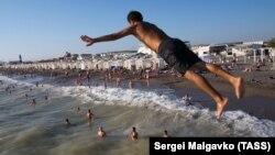 Пляж у Новофедорівці, Крим, липень 2021 року
