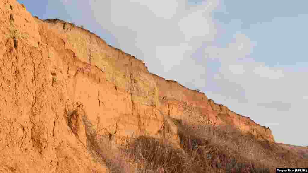 «Проведення робіт на зсувному схилі без інженерно-геологічних вишукувань і заходів інженерного захисту від зсувів та обвалів може в подальшому призвести до неконтрольованої активності зсуву», – сказано в підсумковому протоколі комісії з надзвичайних ситуацій