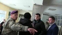 Крики, нерви та озброєні силовики – Сумську облраду скликали на позачергову сесію через «розгін блокади» (відео)