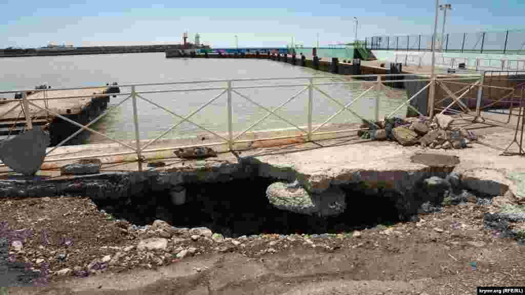 Наводнение серьезно повредило часть набережной