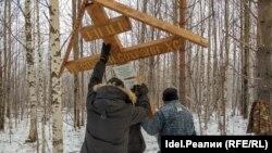 Установка памятного креста на месте захоронений