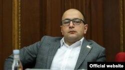 Депутат оппозиционной фракции НС «Честь имею» Айк Мамиджанян