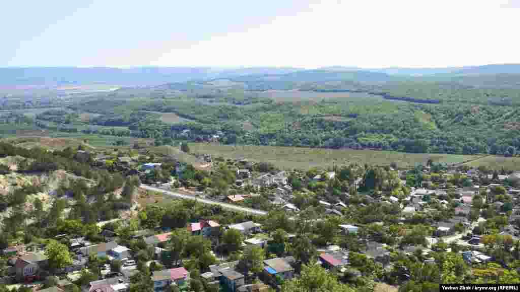 Краєвид на село Верхньосадове з плато Кара-Тау