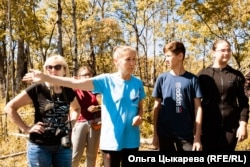 Rimma Andronova (center) gives directions to the rescuers of turtles.