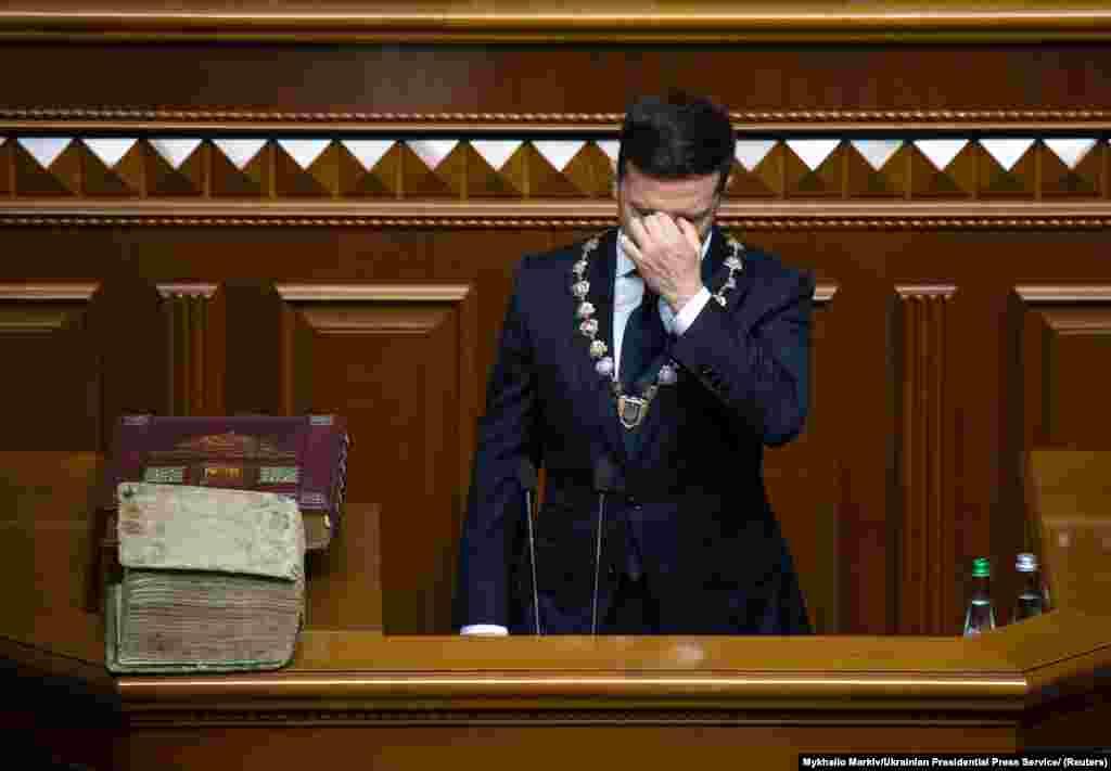 УКРАИНА - Украинските пратеници денеска ги одобрија оставките на министерот за економија Игор Петрашко и на министерот за инфраструктура Владислав Крикли. Претходно Парламентот изгласа и разрешување на министерот за здравство Максим Степанов. Во писмата со оставка доставено до Собранието министрите не наведоа причини зошто се откажуваа од функциите.