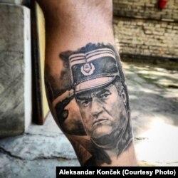 Një qytetar në Beograd ka tatuazh fytyrën e Mlladiqit