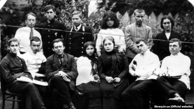 Члени просвітницького гуртка в Олександрії, яким керував Дмитро Чижевський (сидить третій зліва). До нього входили гімназисти і гімназистки обох гімназій та студенти учительської семінарії