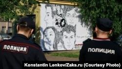 Az aktivisták által kifüggesztett képen meggyilkolt orosz politikusok és újságírók arcképei láthatók Szentpéterváron