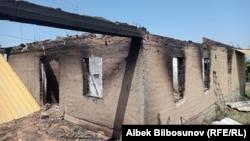 Разрушенный дом в селе Максат Баткенской области КР.