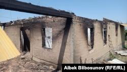 Сгоревший дом в селе Максат. 2 мая 2021 года.