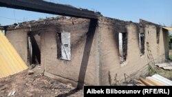 Сгоревший дом в селе Максат Лейлекского района. 2 мая 2021 года.